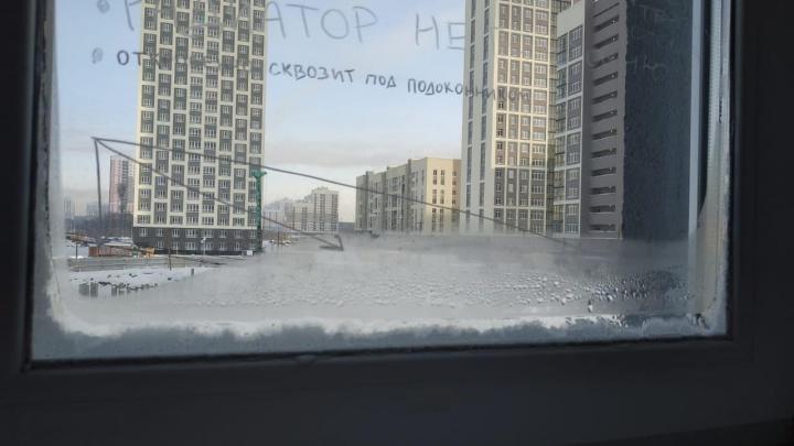 «Ударили морозы, и всё покрылось льдом»: жители новостроек массово жалуются на промерзшие окна