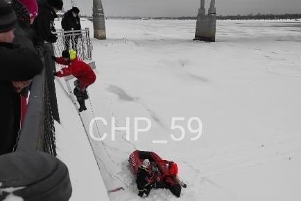 «Метрах в 20 от берега»: в Перми спасатели вытащили мужчину из-под Коммунального моста