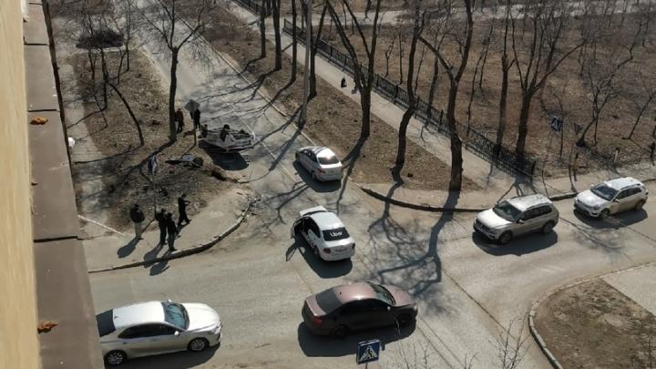 Один на крыше, второй без «морды»: в Волгограде на проклятом перекрестке не разъехались два такси