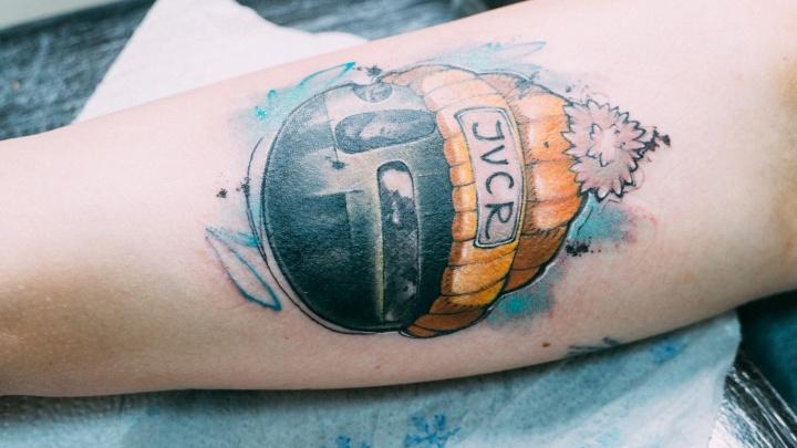 Омичи сделали бесплатные татуировки с Летовым, «Коммунальным карасем» и шаром Бухгольца в шапочке