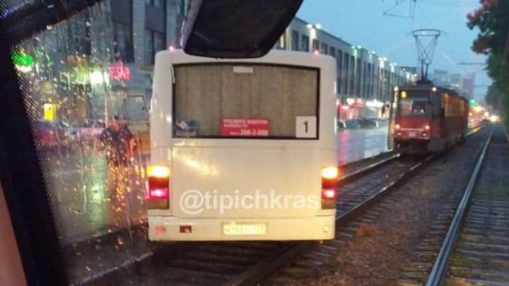 В Краснодаре встали трамваи из-за вылетевшей на пути маршрутки