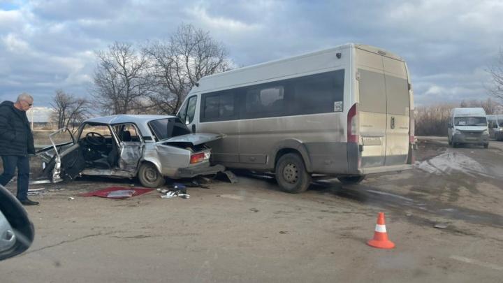 Водитель сильно пострадал, голова пробита: под Волгоградом столкнулись маршрутка и легковушка