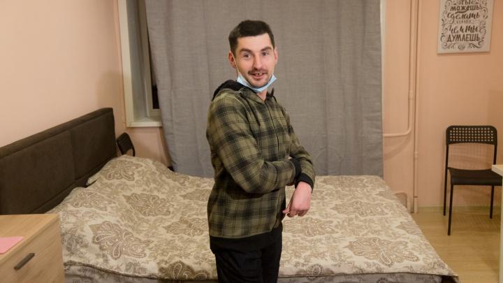«Я в шоке»: житель аварийки в Архангельске переехал в купленную на пожертвования россиян квартиру