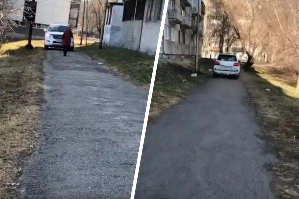 Водитель невозмутимо проехал по выбранному маршруту, игнорируя пешеходов