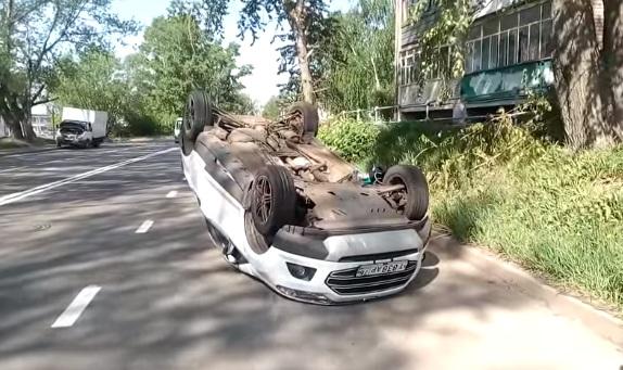 «Не заметила светофор»: в Ярославле «Форд» снес «Рено» и перевернулся
