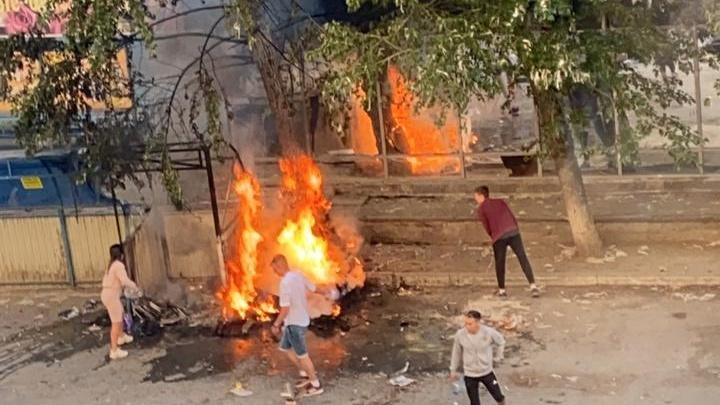 Горящий Екатеринбург: в городе десятки пожаров, огонь перекидывался на машины и дома