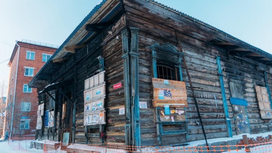 Омича, который починил крышу исторического здания без разрешения, оштрафовали на 7,5 тысячи