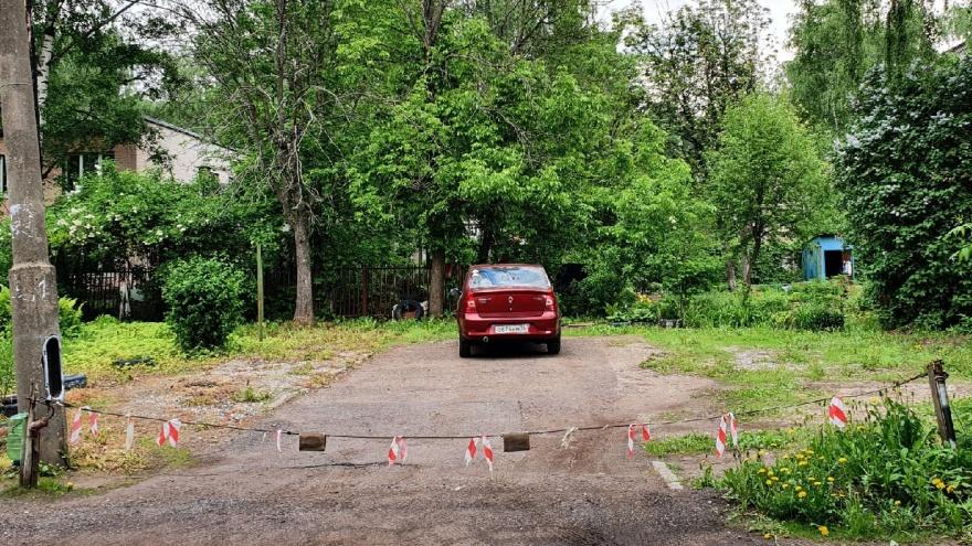 «Это не место для парковки»: урбанист рассказал, как справиться с автомобильной оккупацией дворов