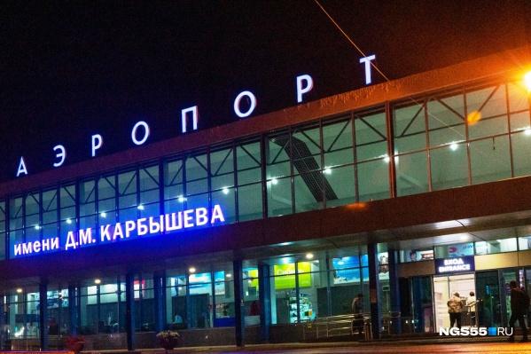 По словам очевидца, очередь из машин перед аэропортом растянулась на 500–600 метров