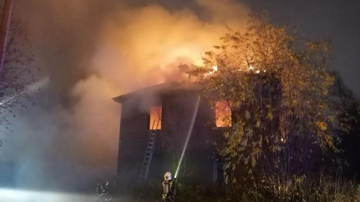 Крыша вся в огне: рядом с переулком Водников очередной пожар — стрим 29.RU