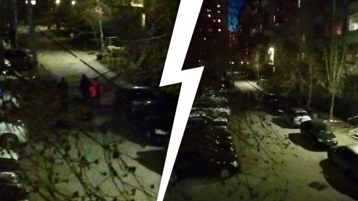«Били ногами, прыгали сверху»: на Уралмаше трое парней избили лежащих на земле, снимая всё на телефон