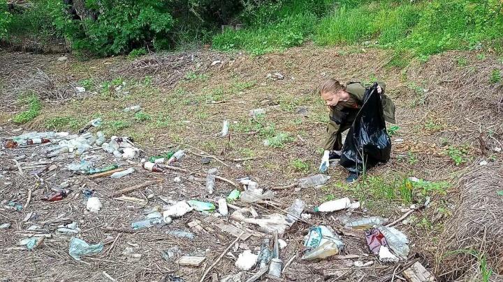 «Люди не желают убирать за собой»: волгоградцы вывозят груды вторсырья с пляжей Волго-Ахтубинской поймы