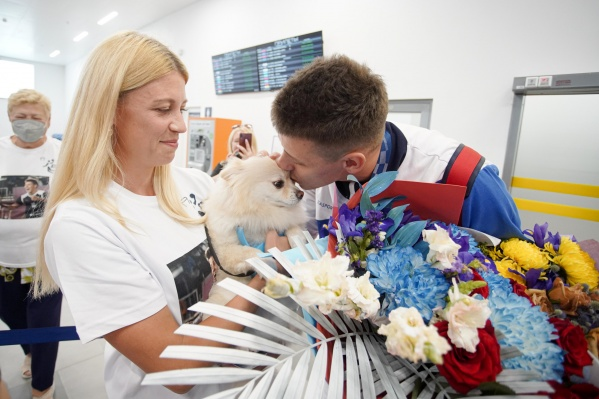 Персик вместе со всеми встречал Кирилла Писклова в аэропорту