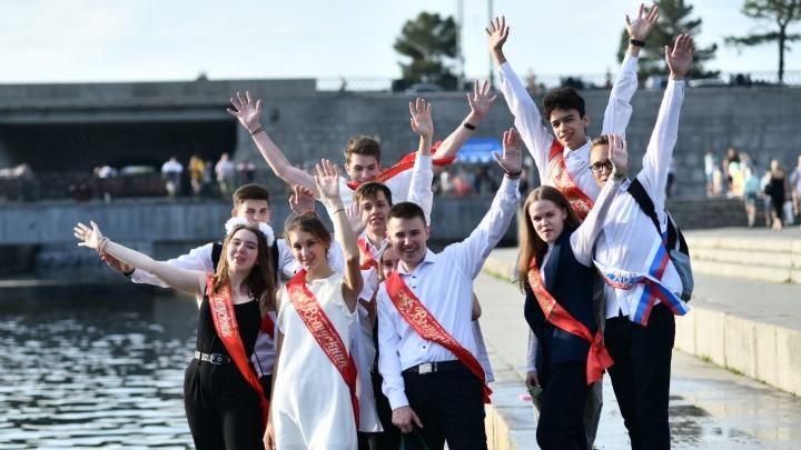 «Белые бантики» встречают взрослую жизнь: фоторепортаж с Плотинки, где гуляли выпускники