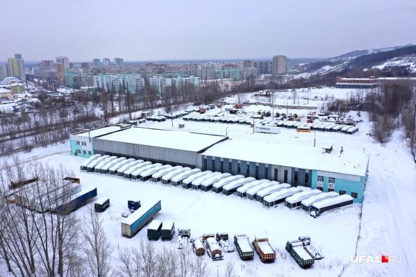 Все эти автобусы стоят на территории транспортного предприятия на улице Сипайловской