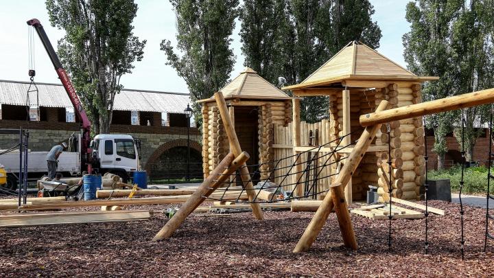 Детинец для детей. В Нижегородском кремле возводят деревянный замок на игровой площадке в еловом сквере