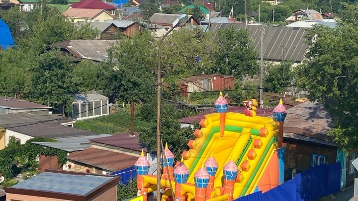 Бизнес по-тюменски. Жители Зареки установили батут во дворе дома и зарабатывают на детях