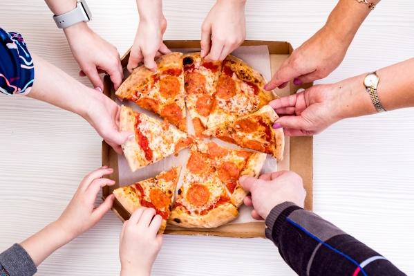 В выходные только и остается, что согреваться дома в кругу семьи или друзей. К этой картине обязательно нужно добавить пиццу или роллы