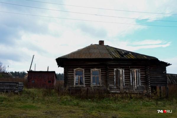 Сиротам купили старые дома, жить в которых невозможно