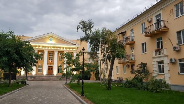 В центре Волгограда женщина заперлась в квартире и начала выкидывать вещи из окна