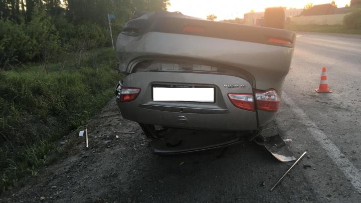 В Екатеринбурге пьяный водитель уснул за рулем, его машина вылетела с дороги и перевернулась