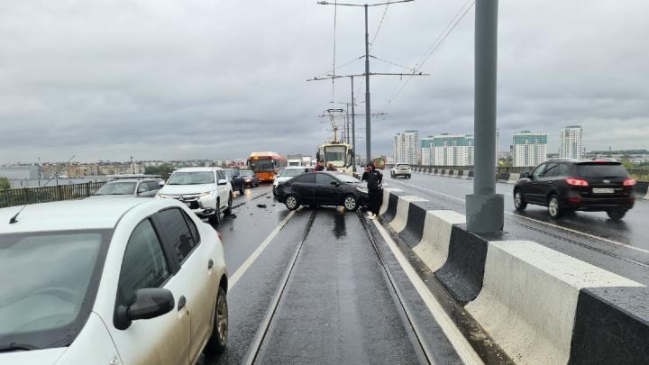 Часть Молитовского моста перекрыта из-за массового ДТП. Машина влетела в отбойник и перегородила трамвайные пути и проезжую часть