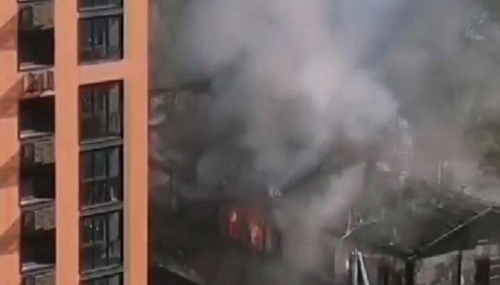 В центре Перми на улице Луначарского образовалась пробка из-за пожара