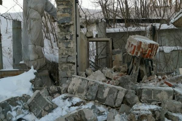 Стена старого заводского здания обрушилась на подростка. Юноша погиб