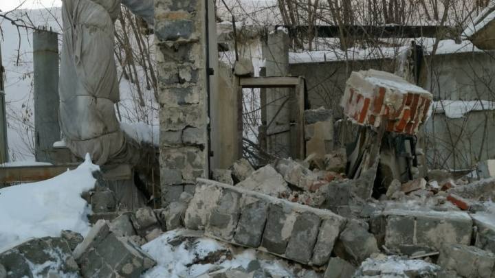 На Урале под обломками старого заводского здания погиб подросток