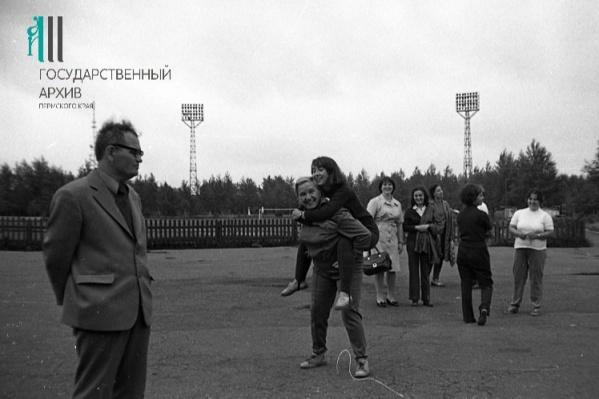 Спортивный праздник на стадионе «Молот». На фото сотрудники государственного архива. 1977 год