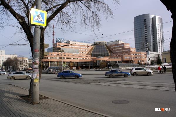 Новый знак пешеходного перехода позволяет перейти улицу Куйбышева в сторонуСвято-Троицкого кафедрального собора