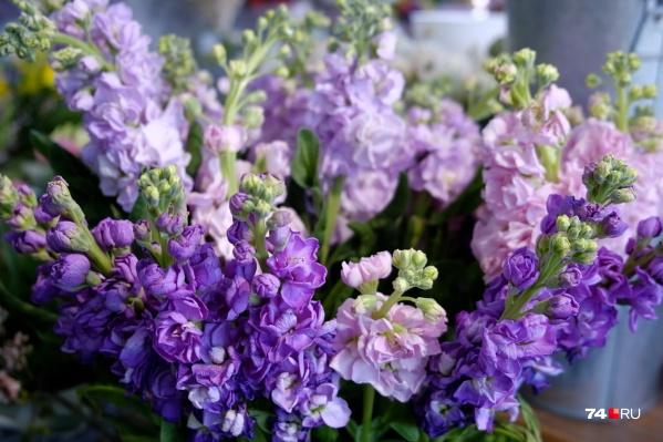В цветочных лавках готовы предложить как бюджетные варианты, так и неприлично дорогие букеты (цены доходят до нескольких десятков тысяч)