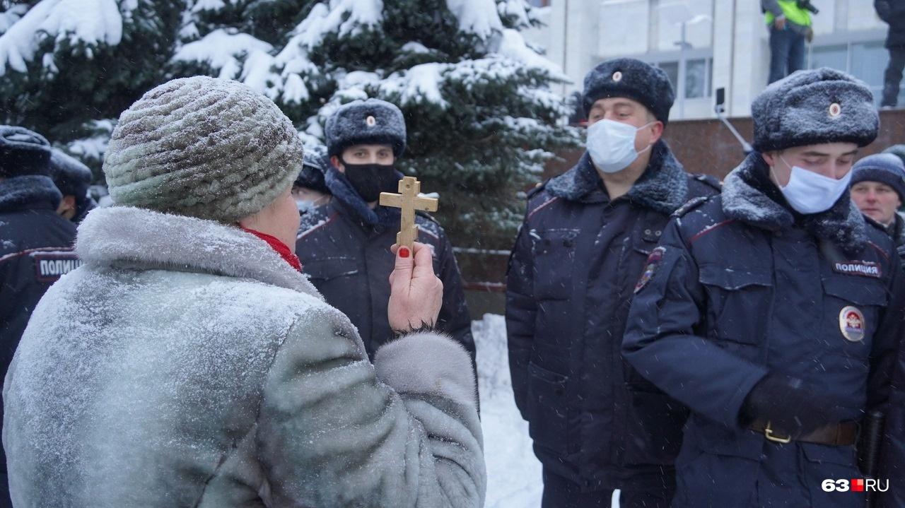 В Самаре полицейских пытались убедить в своей позиции любыми способами
