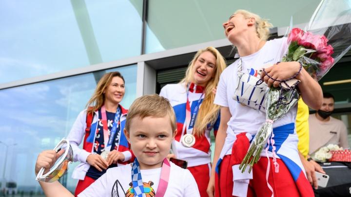 Слёзы, блеск медалей, море цветов и казаков. Как в Платове встречали донских олимпийцев