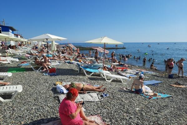 На пляжах в Сочи по-прежнему полно людей