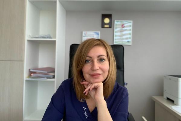 """Главный врач клиник «Династия» Татьяна Чаленко продолжает вести приемы как педиатр. Ее стаж в профессии больше <nobr class=""""_"""">20 лет</nobr>"""