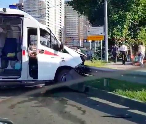 В Краснодаре машина скорой помощи столкнулась с легковушкой, пострадали 3 человека