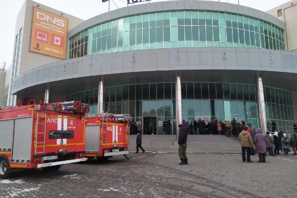 Работники и посетители ТЦ эвакуировались из здания самостоятельно