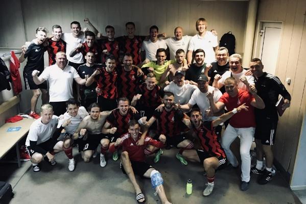 Футболисты «Амкар Пермь» радуются победе над барнаульским «Динамо»
