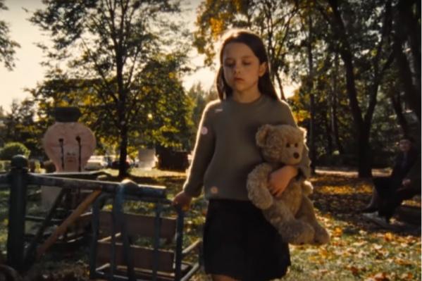 По сюжету нашумевшего ролика «Потому что Брусника» девочка под «Прощальную песню» из фильма «Обыкновенное чудо» переезжает в новый дом из старого района и в конце показывает из машины средний палец