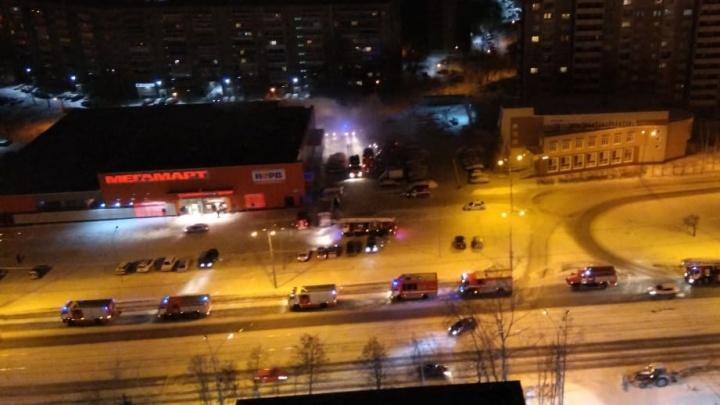 На ЖБИ ночью горел крупный продуктовый гипермаркет