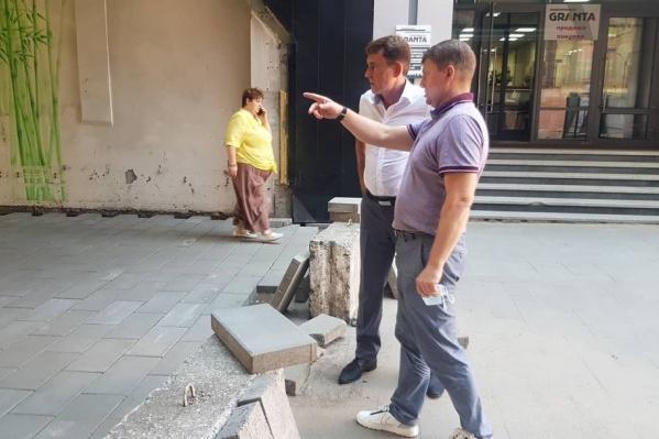 Мэр проинспектировал строительство пешеходного переулка