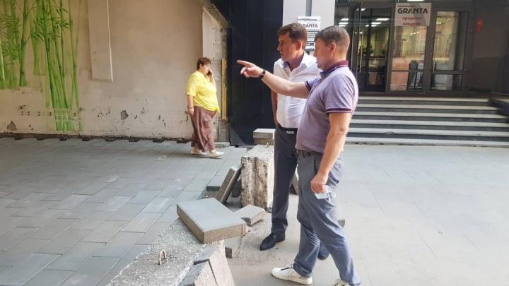 Мэр Ерёмин приехал инспектировать ремонт переулка в центре, а на месте не оказалось рабочих