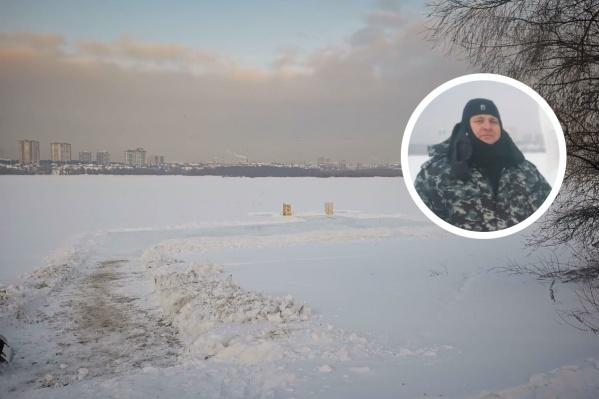 Сейчас на месте будущей купели на Затоне идет чистка льда