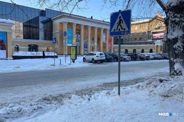 Огромные сугробы выше человеческого роста убрали из центра Новосибирска