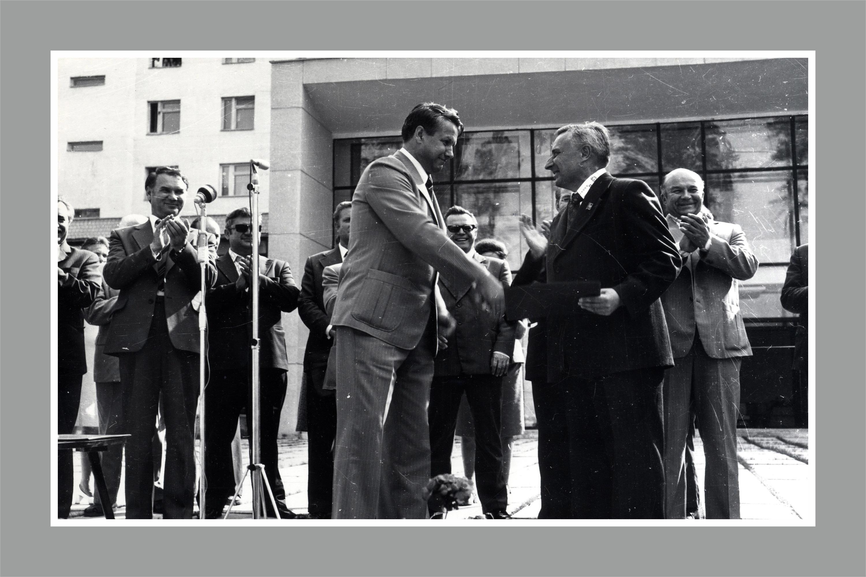 """Фото с торжественного митинга, посвященного открытию областной клинической больницы <nobr class=""""_"""">№ 1</nobr> в Свердловске. 28 июля 1977 года"""