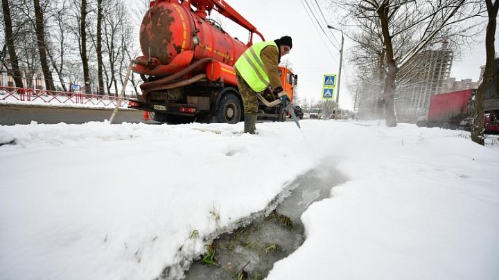 «Потечет на проезжую часть»: в Ярославле коммунальщики отогревают водоотводные канавы