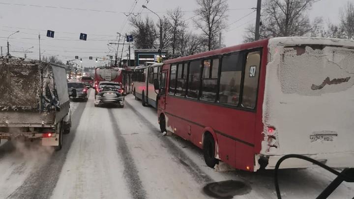 В Ярославле на остановке столкнулись троллейбус и маршрутка