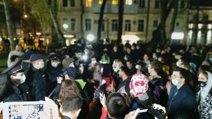 В Ростове полиция задерживает участников акции протеста