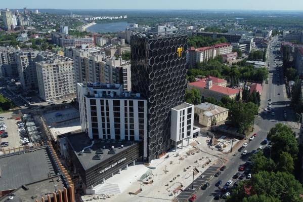 Стильный стеклянный фасад и панорамное остекление выделяют клубный дом «Соты» на карте центра Уфы